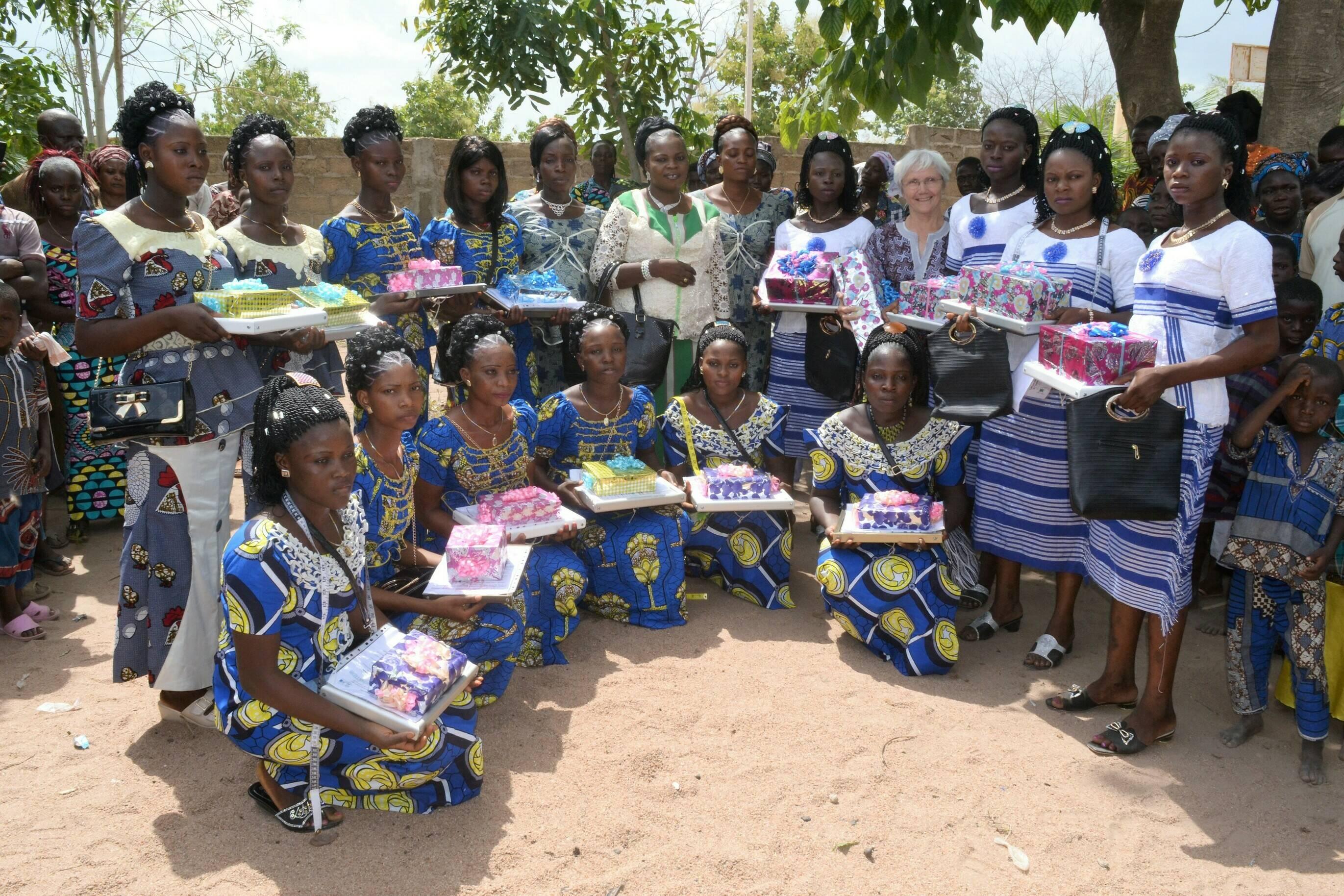 Mädchen erhalten ihr Diplom